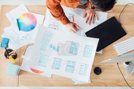 Foto de Vista superior de los desarrolladores que trabajan con el diseño de plantillas de sitio web y círculo de colores en la mesa en la oficina. - Imagen libre de derechos