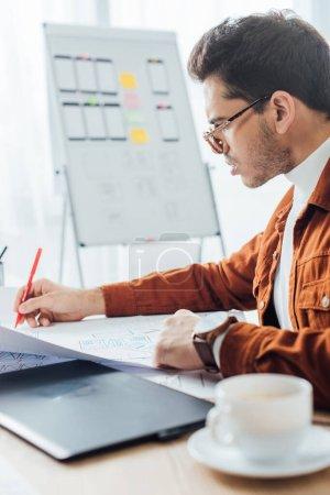 Photo pour Concentration sélective du concepteur en utilisant des cadres de site Web près de tablette graphique et tasse de café à table - image libre de droit