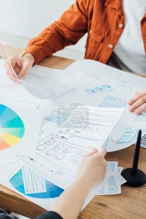Photo pour Vue recadrée des développeurs qui planifient un projet ux près des cercles de couleur sur la table - image libre de droit