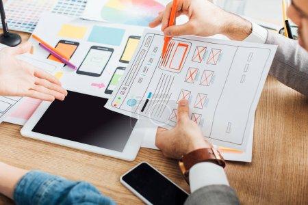 Photo pour Concentration sélective des concepteurs développant ux conception de site Web près de gadgets sur la table - image libre de droit