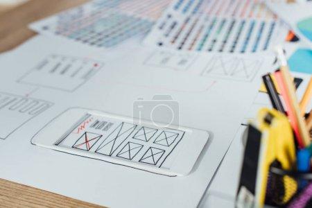 Photo pour Concentration sélective des mises en page des croquis de conception de l'expérience utilisateur et de la papeterie sur la table - image libre de droit