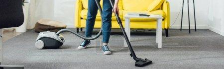 Photo pour Vue agrandie du tapis de femme nettoyant avec aspirateur dans le salon, photo panoramique - image libre de droit