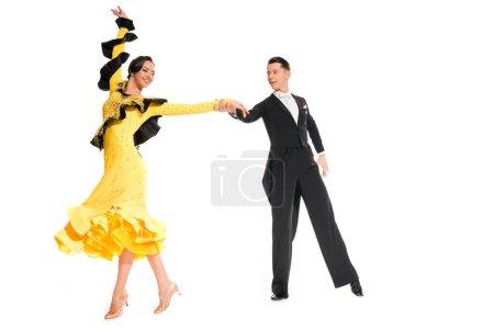 Photo pour Élégant jeune couple de danseurs de salon dansant isolé sur blanc - image libre de droit