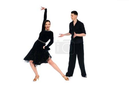 Photo pour Élégant couple de jeunes danseurs de salle de bal en robe noire et en costume de danse isolée sur blanc - image libre de droit