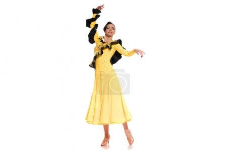 Photo pour Élégante jeune danseuse de salon en robe jaune dansant isolée sur blanc - image libre de droit