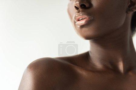 Foto de Vista recortada de tierna chica afroamericana desnuda aislada en gris - Imagen libre de derechos