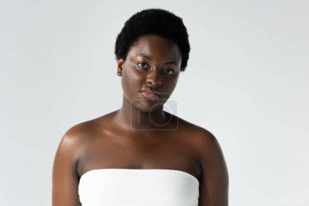 Foto de Atractiva afroamericana chica en blanco superior aislado en gris - Imagen libre de derechos