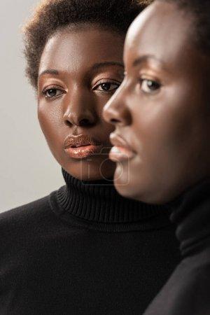 Foto de Retrato de amigos afroamericanos en cuellos altos negros aislados en gris - Imagen libre de derechos