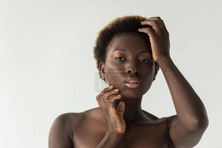 Foto de Atractivo sensual desnudo africano americano chica tocando cara aislado en gris - Imagen libre de derechos