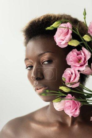 Photo pour Attrayant nu afro-américain fille avec rose eustoma fleurs isolé sur gris - image libre de droit