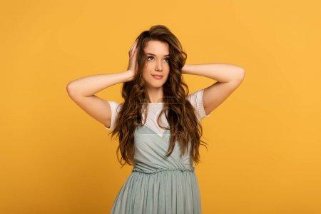 Photo pour Heureux attrayant printemps femme avec les cheveux longs isolé sur jaune - image libre de droit