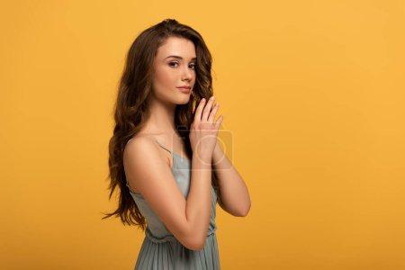 Photo pour Belle élégante fille de printemps avec les cheveux longs en robe isolée sur jaune - image libre de droit