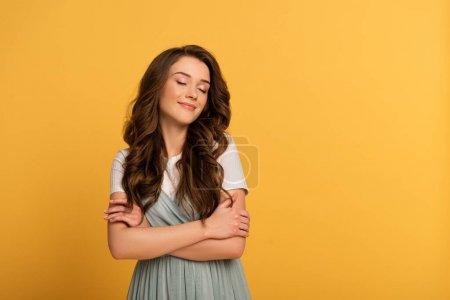 Photo pour Attrayant printemps fille en t-shirt et robe sur jaune - image libre de droit