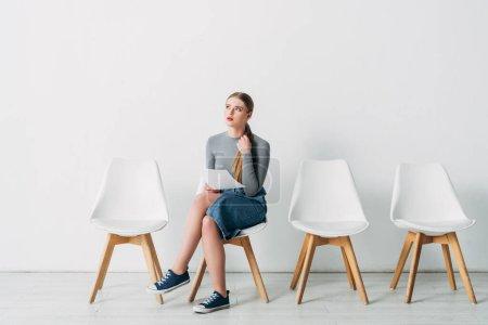 Photo pour Attrayant femme tenant CV en attendant l'entrevue d'emploi dans le bureau - image libre de droit