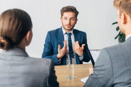 Photo pour Concentration sélective de l'employé sur lui-même lors de l'entretien d'embauche avec les recruteurs - image libre de droit