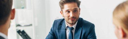 Photo pour Concentration sélective de l'employé regardant le recruteur au bureau, vue panoramique - image libre de droit