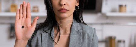 Photo pour Plan panoramique de femme d'affaires montrant la main avec un point noir sur la paume, concept de violence domestique - image libre de droit