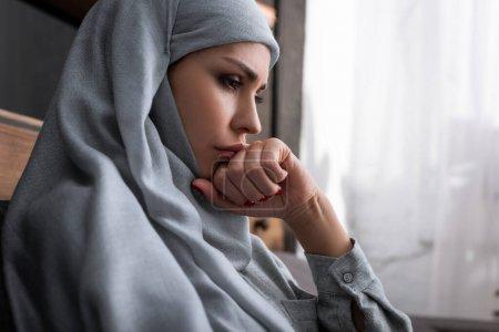 Photo pour Femme musulmane bouleversée dans le hijab avec le poing serré, concept de violence domestique - image libre de droit