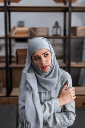 Photo pour Femme musulmane triste dans le hijab toucher le bras et détourner les yeux, concept de violence domestique - image libre de droit
