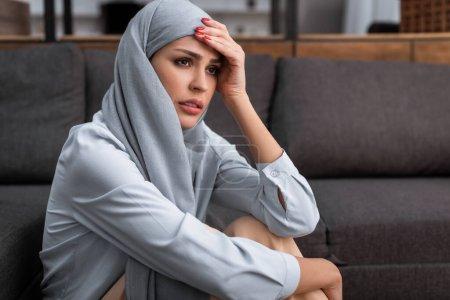 Photo pour Femme arabe bouleversée dans le hijab touchant le front, concept de violence domestique - image libre de droit