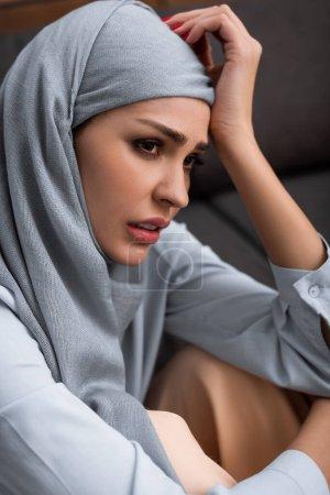 Photo pour Femme arabe bouleversée dans le hijab, concept de violence domestique - image libre de droit