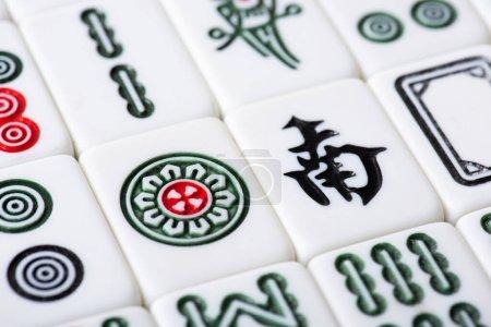 Photo pour KYIV, UKRAINE - 30 JANVIER 2019 : champ de tuiles de jeu de mahjong blanc avec signes et caractères - image libre de droit