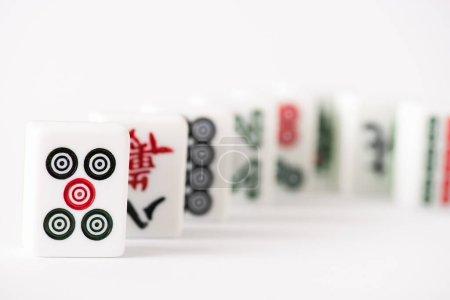 Photo pour KYIV, UKRAINE - 30 JANVIER 2019 : mise au point sélective de tuiles de jeu de mahjong avec des signes et des caractères sur fond blanc - image libre de droit