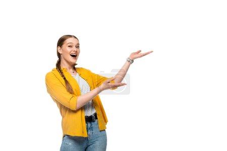 Photo pour Excité jolie fille avec tresse pointant avec les mains de côté isolé sur blanc - image libre de droit