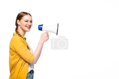 Photo pour Vue latérale d'une jolie fille souriante avec haut-parleur en tresse isolé sur blanc - image libre de droit