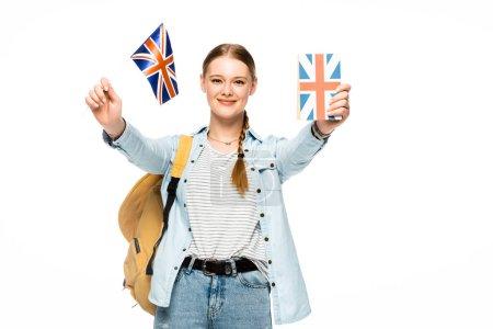 Lächelnde hübsche Studentin mit Rucksack mit Buch und britischer Flagge auf weißem Hintergrund