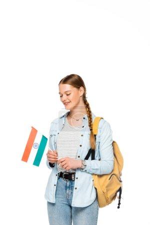 Lächelnde hübsche Studentin mit Rucksack mit indischer Flagge auf weißem Hintergrund