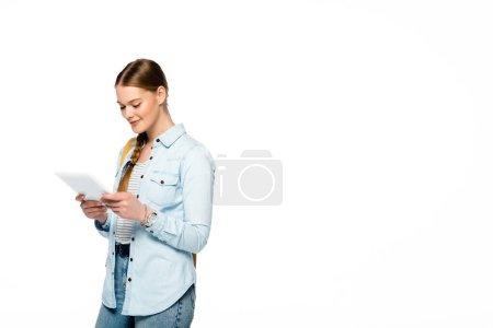 Photo pour Sourire joli étudiant avec sac à dos en utilisant une tablette numérique isolée sur blanc - image libre de droit