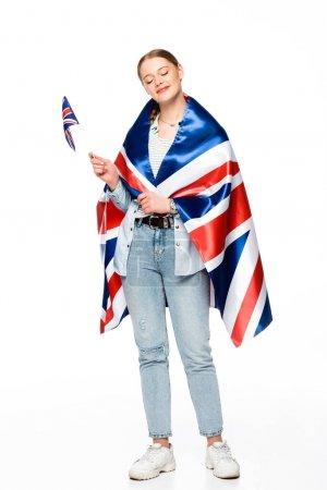 feliz chica bonita con trenza y banderas del Reino Unido aislado en blanco