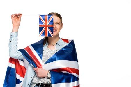 glückliche hübsche Mädchen mit obskuren Gesicht und uk Flaggen isoliert auf weiß