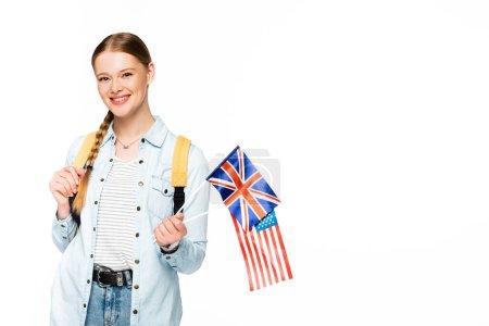 Photo pour Fille heureuse avec tresse et sac à dos tenant des drapeaux d'Amérique et royaume uni isolé sur blanc - image libre de droit