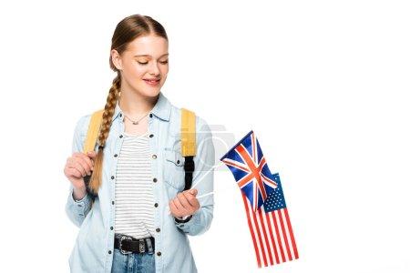 Photo pour Fille souriante avec tresse et sac à dos tenant drapeaux d'Amérique et royaume uni isolé sur blanc - image libre de droit
