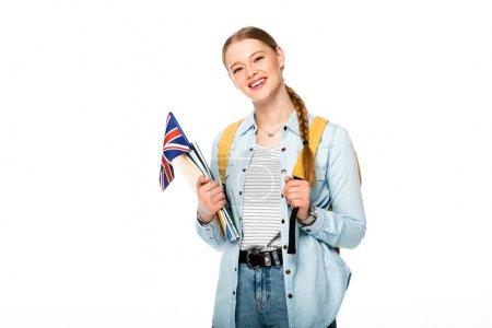Lächelndes Mädchen mit Zopf und Rucksack mit Fahne des vereinigten Königreichs und Schriftzügen auf weißem Grund