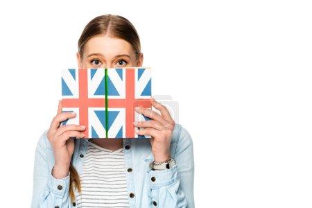 Photo pour Jolie fille avec tresse et obscur visage tenant livre avec drapeau britannique isolé sur blanc - image libre de droit