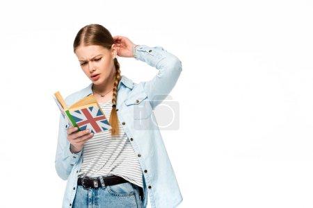Photo pour Chère jolie fille avec tresse livre de lecture avec drapeau britannique isolé sur blanc - image libre de droit