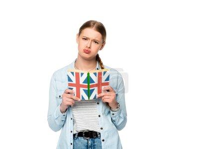 Photo pour Inquiet jolie fille avec tresse livre de lecture avec drapeau britannique isolé sur blanc - image libre de droit