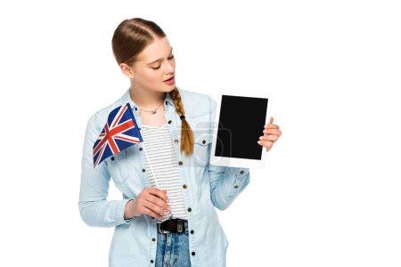 Photo pour Fille avec tresse tenant tablette numérique avec écran blanc et drapeau britannique isolé sur blanc - image libre de droit