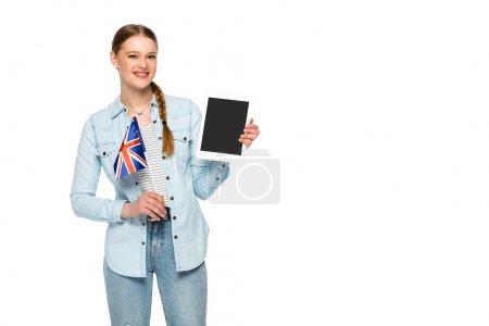 Photo pour Sourire jolie fille avec tresse tenant tablette numérique avec écran blanc et drapeau britannique isolé sur blanc - image libre de droit