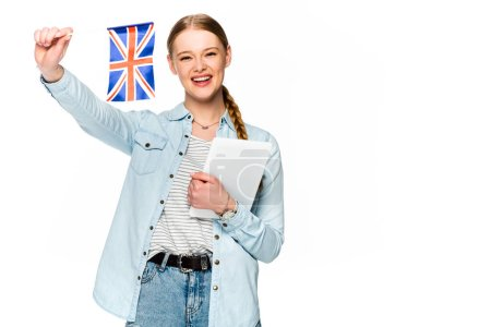 Photo pour Jolie fille heureuse avec tresse tenant une tablette digitale et un uk drapeau isolé sur blanc - image libre de droit