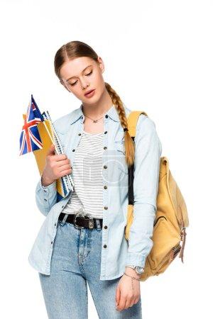Mädchen mit Rucksack mit Werbeschriften und UK-Flagge auf weißem Hintergrund