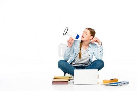 Photo pour Fille assise sur le sol avec haut-parleur près d'un ordinateur portable, livres et copybooks isolés sur blanc - image libre de droit