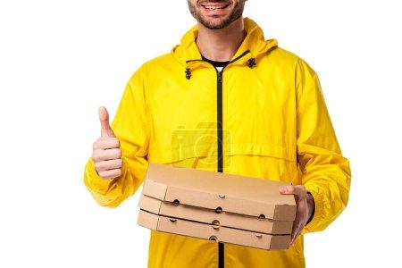 Ausgeschnittene Ansicht eines glücklichen Zustellers mit Pizzakartons, die vereinzelt den Daumen nach oben zeigen