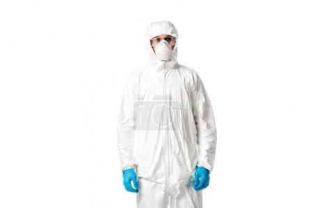 Photo pour Homme en combinaison de danger, masque médical, lunettes de protection et gants de latex isolés sur - image libre de droit