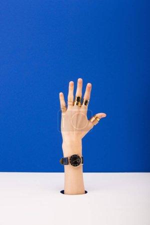 Photo pour Crocheté de la femme avec montre-bracelet et anneaux isolés sur bleu - image libre de droit