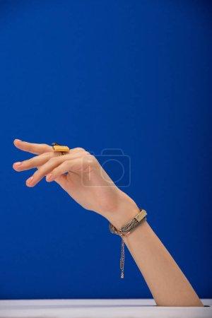 Photo pour Crocheté vue de la femme avec bracelet et bague sur bleu - image libre de droit