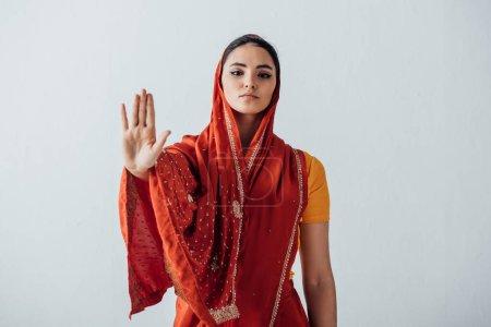 Gyönyörű indiai nő száriban mutatja stop tábla elszigetelt szürke